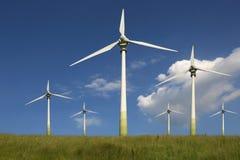 Windkraftanlagen auf einer Wiesengrünenergie Stockfoto