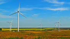 Windkraftanlagen auf Feld stock footage