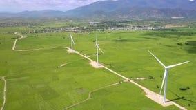 Windkraftanlagen auf Feldern am großen Dorf im hohen Land stock video footage