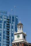 Windkraftanlagen auf modernem Gebäude in Portland ODER hinter altem Telegramm-Gebäude Lizenzfreie Stockbilder