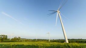 Windkraftanlagen auf Rapssamen-Feld-Zeitspanne stock video
