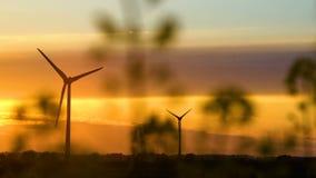 Windkraftanlagen bei Sonnenuntergang, grüne Energie stock video footage