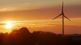 Windkraftanlagen bewirtschaftet mit Strahlen des Lichtes bei Sonnenuntergang stock footage