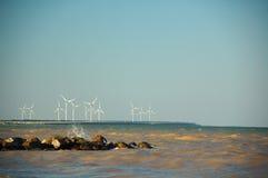 Windkraftanlagen in dem Meer stockbilder