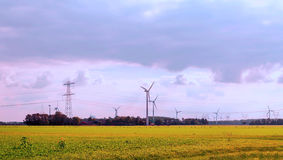 Windkraftanlagen in den Wiesen Stockbild