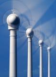 Windkraftanlagen in der Bewegung von der Front Lizenzfreie Stockbilder