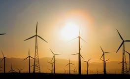 Windkraftanlagen an der Dämmerung Stockbild