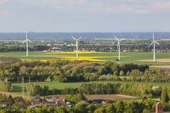 Windkraftanlagen in der flachen Landschaft Stockfotografie