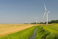 Windkraftanlagen in der Landwirtschaftslandschaft Stockfotos