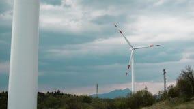 Windkraftanlagen in der Natur, alternative Energie stock footage