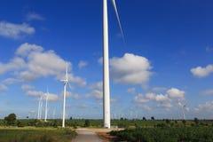 Windkraftanlagen, die Strom mit blauem Himmel erzeugen Stockbilder