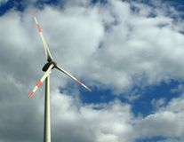 Windkraftanlagen in einem bewölkten Himmel lizenzfreies stockfoto