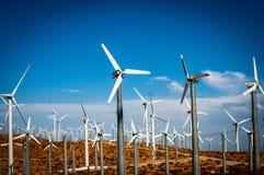 Windkraftanlagen an einem hellen Tag Lizenzfreies Stockbild