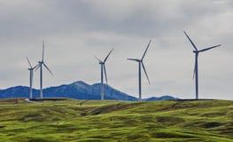 Windkraftanlagen an einem Windpark auf einem Hügel Lizenzfreies Stockfoto