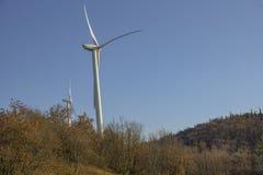 Windkraftanlagen für alternative Energieerzeugung und Klimaerhaltung Jahrhundert Apponale Glockenturm (Torre Apponale) und angren lizenzfreie stockfotos