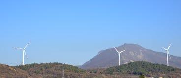 Windkraftanlagen für alternative Energieerzeugung und Klimaerhaltung Jahrhundert Apponale Glockenturm (Torre Apponale) und angren lizenzfreies stockfoto