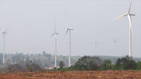Windkraftanlagen für grünes Energiekonzept, genommen an einem bewölkten Tag mit Staubumwelt stock footage