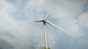 Windkraftanlagen für grünes Energiekonzept, genommen an einem bewölkten Tag mit Staubumwelt stock video