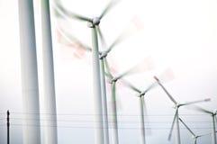 Windkraftanlagen in Folge Stockfotografie