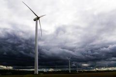 Windkraftanlagen gegen dunkle Wolken im bevorstehenden Sturm, Konzept Stockbilder