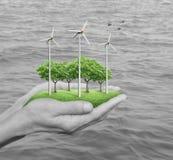 Windkraftanlagen, Gras und Bäume im Menschen überreicht Schwarzes und whi lizenzfreie stockfotos