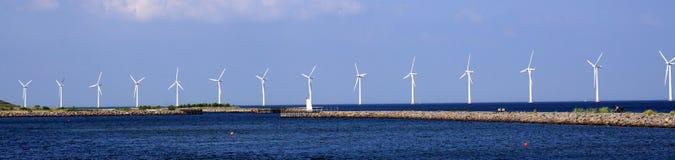 Windkraftanlagen im Meer Lizenzfreie Stockfotos