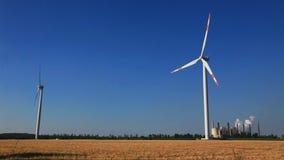 Windkraftanlagen mit Kohle abgefeuerter Energieanlage stock footage