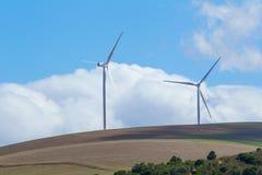 Windkraftanlagen mit Wolken im Hintergrund Stockbild