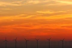 Windkraftanlagen am Sonnenuntergang. lizenzfreie stockfotografie