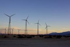 Windkraftanlagen am Sonnenuntergang Lizenzfreie Stockfotos