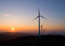 Windkraftanlagen am Sonnenuntergang Stockfoto