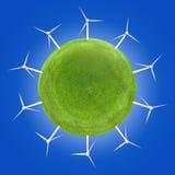 Windkraftanlagen um einen grünen Planeten, der saubere Energie symbolisiert Stockfotografie