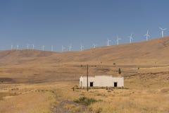 Windkraftanlagen und Altbau lizenzfreie stockbilder