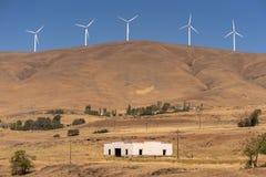 Windkraftanlagen und Altbau stockfotos