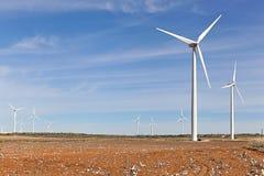 Windkraftanlagen und Baumwollfeld Stockbilder