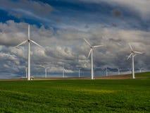 Windkraftanlagen und ein grasartiges Feld Stockfoto