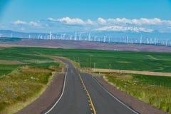 Windkraftanlagen und eine gepflasterte Landstraße in Ost-Oregon Lizenzfreie Stockfotografie