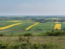 Windkraftanlagen und Rapssamenfelder 2 Stockfotos