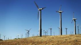 Windkraftanlagen und Straße stock footage