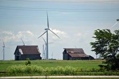 Windkraftanlagen unter Altbauten Stockfoto