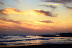 Windkraftanlagen während des Sonnenuntergangs Stockfotografie