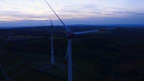 Windkraftanlagen am Windpark an der Dämmerung stock video