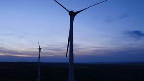 Windkraftanlagen am Windpark an der Dämmerung stock video footage