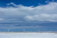 Windkraftanlagen in Winter Wheatfields Lizenzfreie Stockfotografie