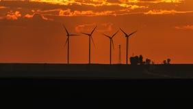 Windkraftanlageschattenbilder auf Sonnenuntergang stockfotos