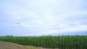 Windkraftanlagestand auf dem grünen Gebiet Grüne Energie und auswechselbare Energie stock footage