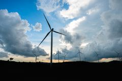 Windkraftanlagestromgeneratoren auf Berg stockfoto