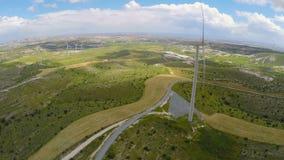 Windlandbouwbedrijf dichtbij fabriek, weelderig groen landschap onaangeroerd door technische vooruitgang stock video