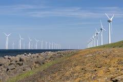 Windlandbouwbedrijf in het water en op land Stock Afbeeldingen