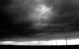 Windlandbouwbedrijf onder onweerswolken Stock Fotografie